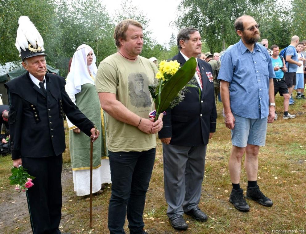 Kladeni-kytic-u-obelisku-gen.-Josefa-Snejdarka
